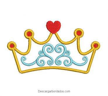 Diseño bordado de corona con corazón