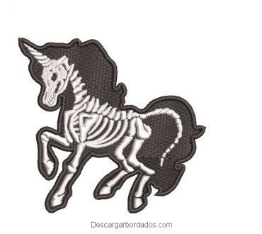 Diseño bordado de unicornio calavera